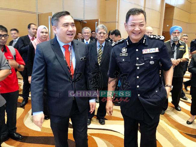 陆兆福(左)与阿都哈密出席大马道路安全局年度大会。