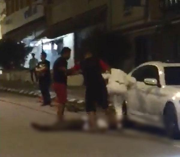 身穿白衣的印裔男子被打趴在地,两名逞凶者仍对他拳打脚踢。
