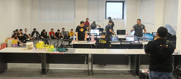 中国非法网络赌博集团打通租下的两间商业单位设立大本营,置放超过20台笔记型电脑,12小时上线开赌。