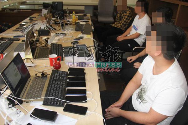 """警方展开行动时,多名中国及本地人在电脑前""""工作""""。"""