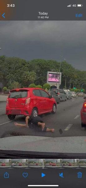 红色Axia轿车撞击1名摩哆骑士后,未停车查看后者情况。