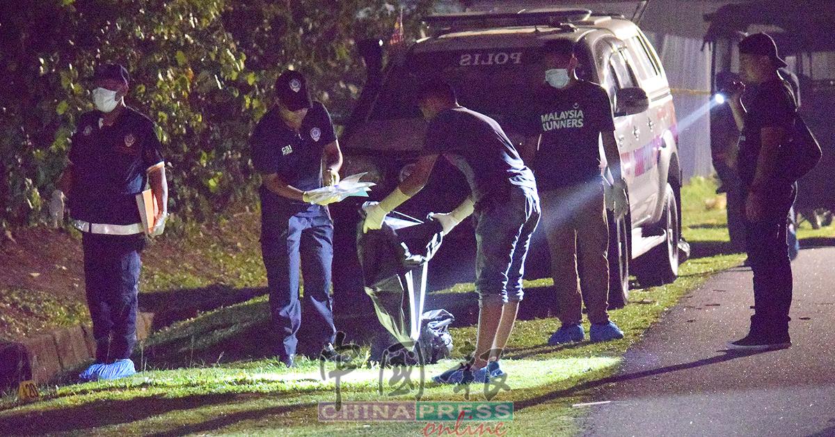 科学鉴证组员正检查所搜集的尸块。