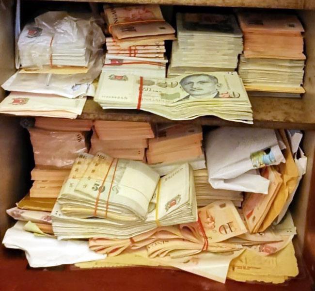 稽查员从其中一家殡葬业者的住所搜出大量现金。