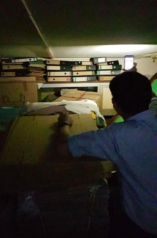 稽查员发现有殡葬业者并未妥善保存账本记录。