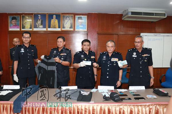 警方展示起回的1万2500令吉及其他干案证物。