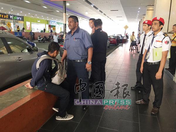 巫裔青年(左)偷窃失手后落荒而逃,最后被外卖送餐员及保安员围捕。