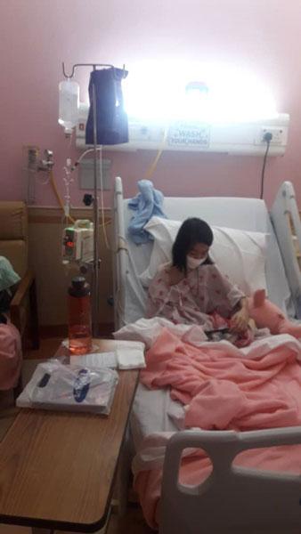 王晓燕完成首次化疗后在医院休息。(由李杰文提供)