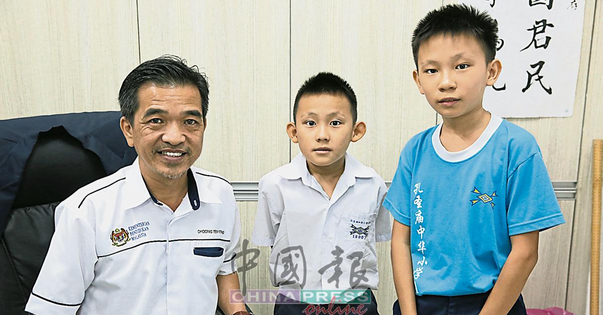 两兄弟说会谨记校长钟德强的教诲,不荒废学业,左2为许凯明和许凯胜。