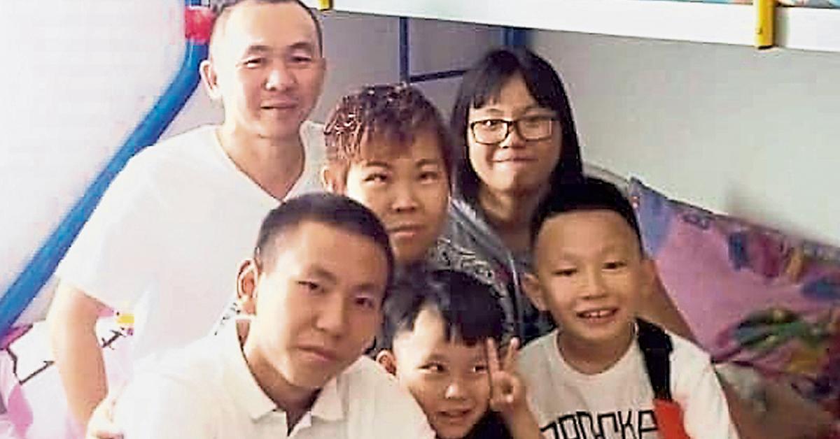 许家在家里拍摄的全家福,如今父母已不在,孩子们可要坚强。