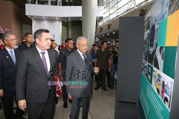 卡马鲁丁(左起)与陆兆福陪同马哈迪,巡视国家交通转型的展览。