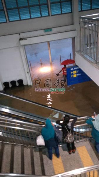洪水淹入双溪加笃电动火车站。
