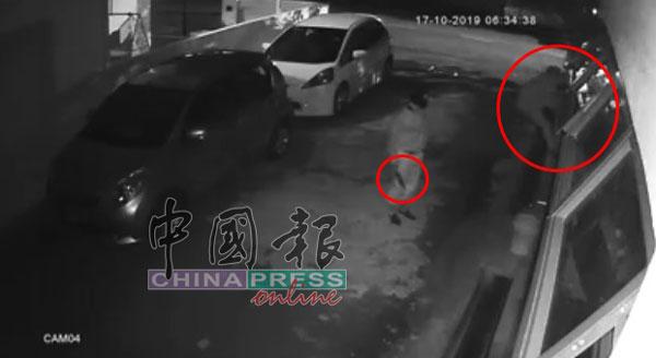 根据闭路电视,一名匪徒在Titi Teras住家企图攀窗潜入,另人则手持利刀在把风。