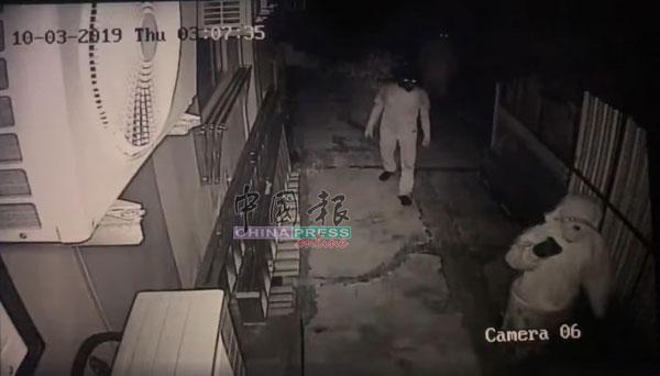 亚依淡湖花园后巷的闭路电视,拍到4名蒙面刀匪,正在寻找时机下手。