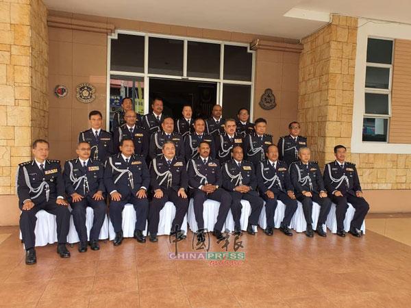 那仁(前排左5)指出,Geng Rantau匪党今年已在槟城干下13宗爆窃案。