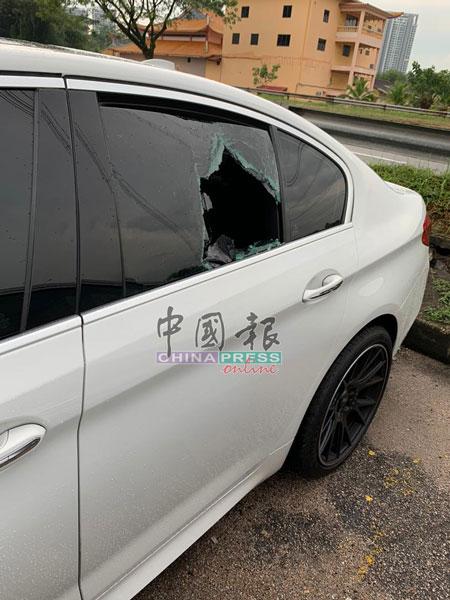 商人的宝马轿车后座左侧车窗被砸破。