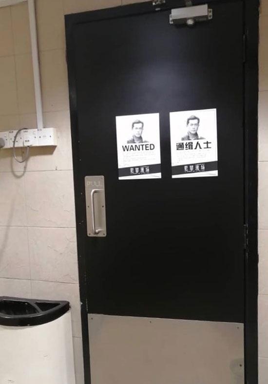 """配合电影《犯罪现场》大马上映,发行商在吉隆坡街头发布""""通缉令""""宣传单。"""