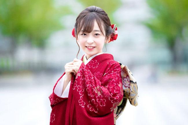 大渊野野花穿和服的照片。