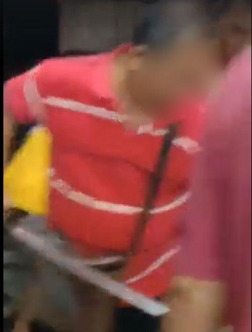短片画面显示,有人于混乱中亮出疑是武士刀的利器。