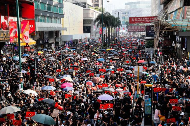 示威者人潮汹涌。(法新社)