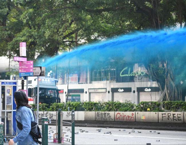 警方出动水炮车在弥敦道发射颜色水炮,驱散人群。(星岛日报)