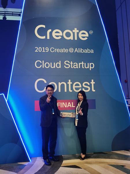 徐爱莲(右)与丈夫林威錝同心创业,一起分享得奖喜悦。