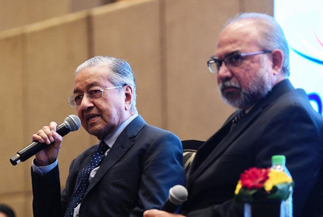 马哈迪(左)回答提问的问题;右为拉斯坦。