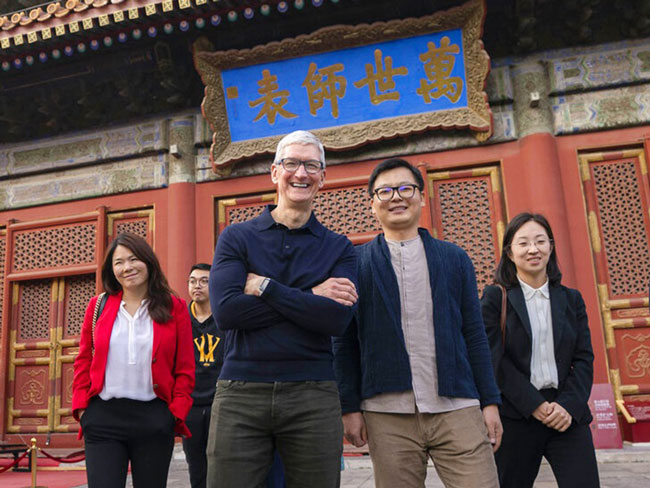 美国苹果公司总执行长库克(中)出任中国清华大学经管学院顾问委员会主席。