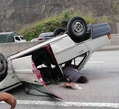 65岁女死者被冲击力?飞出车外,头部受重创后当场毙命。