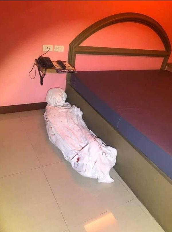 乍看之下像是一具尸体的画面,吓坏了进门打扫的清洁阿姨。