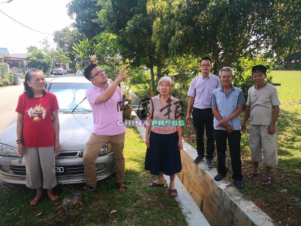 李春源(左2)和罗舜生(右3起)向黄珠琴等人,了解情况。