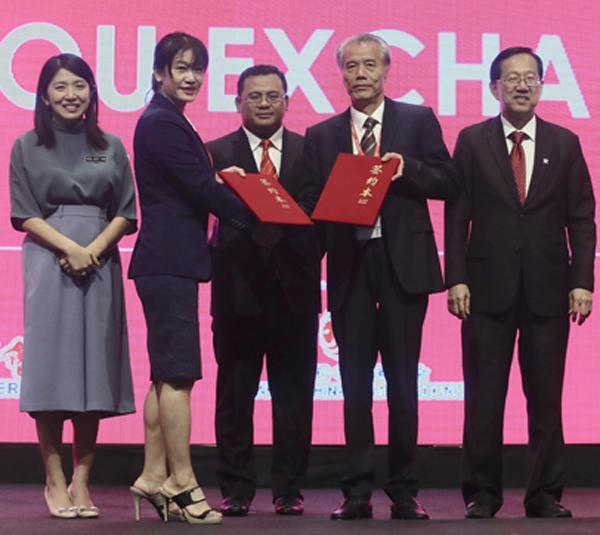 在马来西亚能源、工艺、科学、气候变化与环境部长杨美盈(后 排左1起)、雪州州务大臣阿米鲁丁和马中总商会总会长拿督陈 友信的见证下,安四方集团执行总监拿汀杨凯娟(前排左1)与东 阳三建董事长楼正文交换协议书,正式展开合作关系。