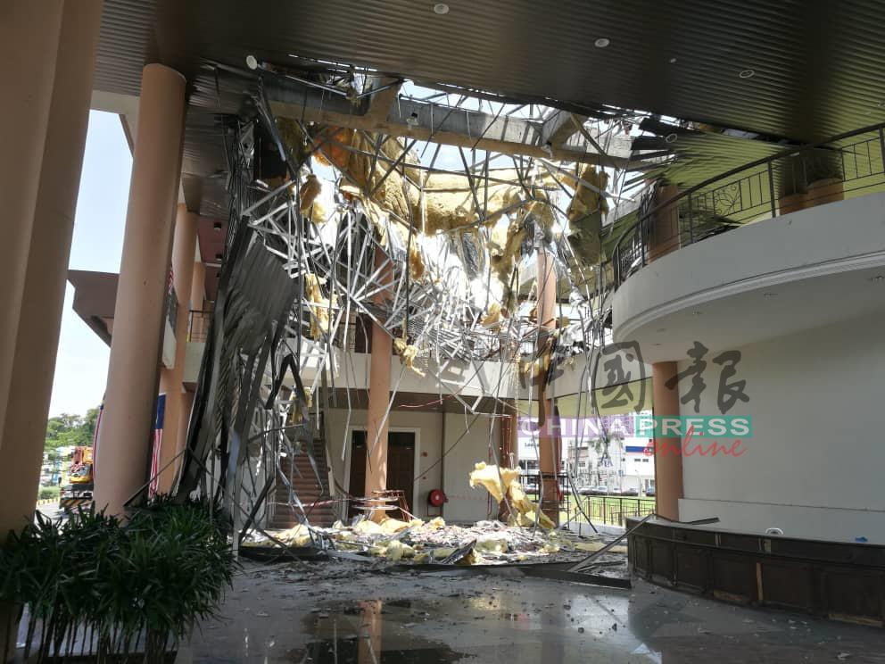 屋顶坍塌时,庆幸没有人在接待柜台处(右侧),否则后果不堪设想。