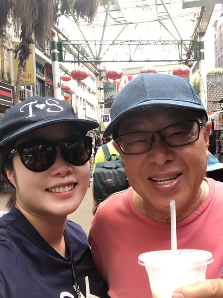 凱兒和老公甜蜜逛街,頭上還戴了一頂「T❤S」的鴨舌帽。