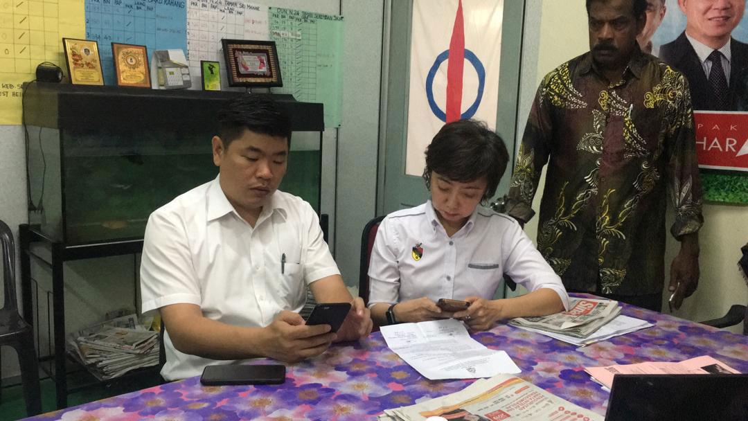 朱建华(左起)及陈丽群到龙城服务中心,了解P古拿被逮捕的进展。