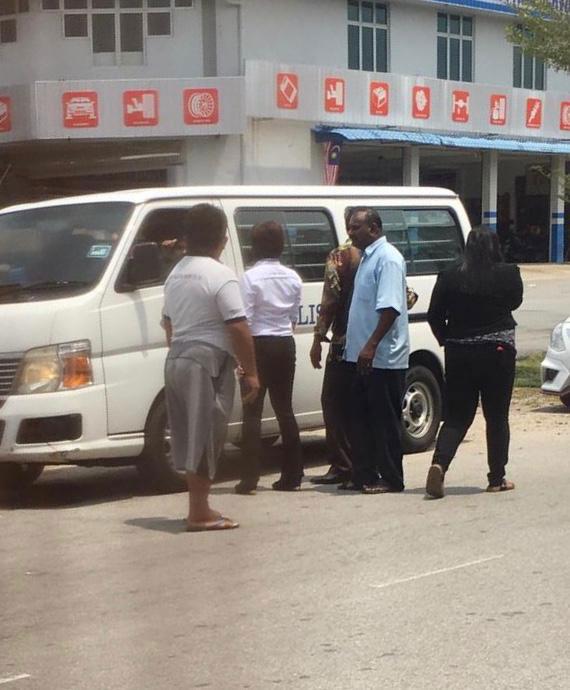 P古拿在中午12时20分,从龙城服务中心被扣押出来上警车。
