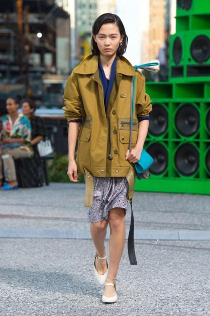 模特儿穿着休闲鞋穿越High Line空中铁道公园,象征着自由精神。