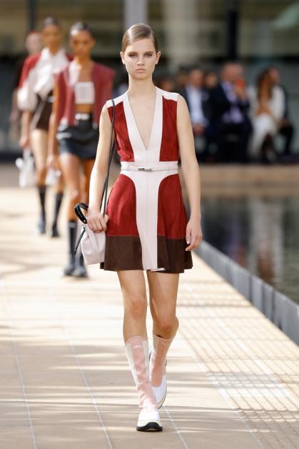 Longchamp这季端出精心设计仿拟光线辐射的图腾,进一步诠释阳光的移动,并有着向70年代致敬的意味。