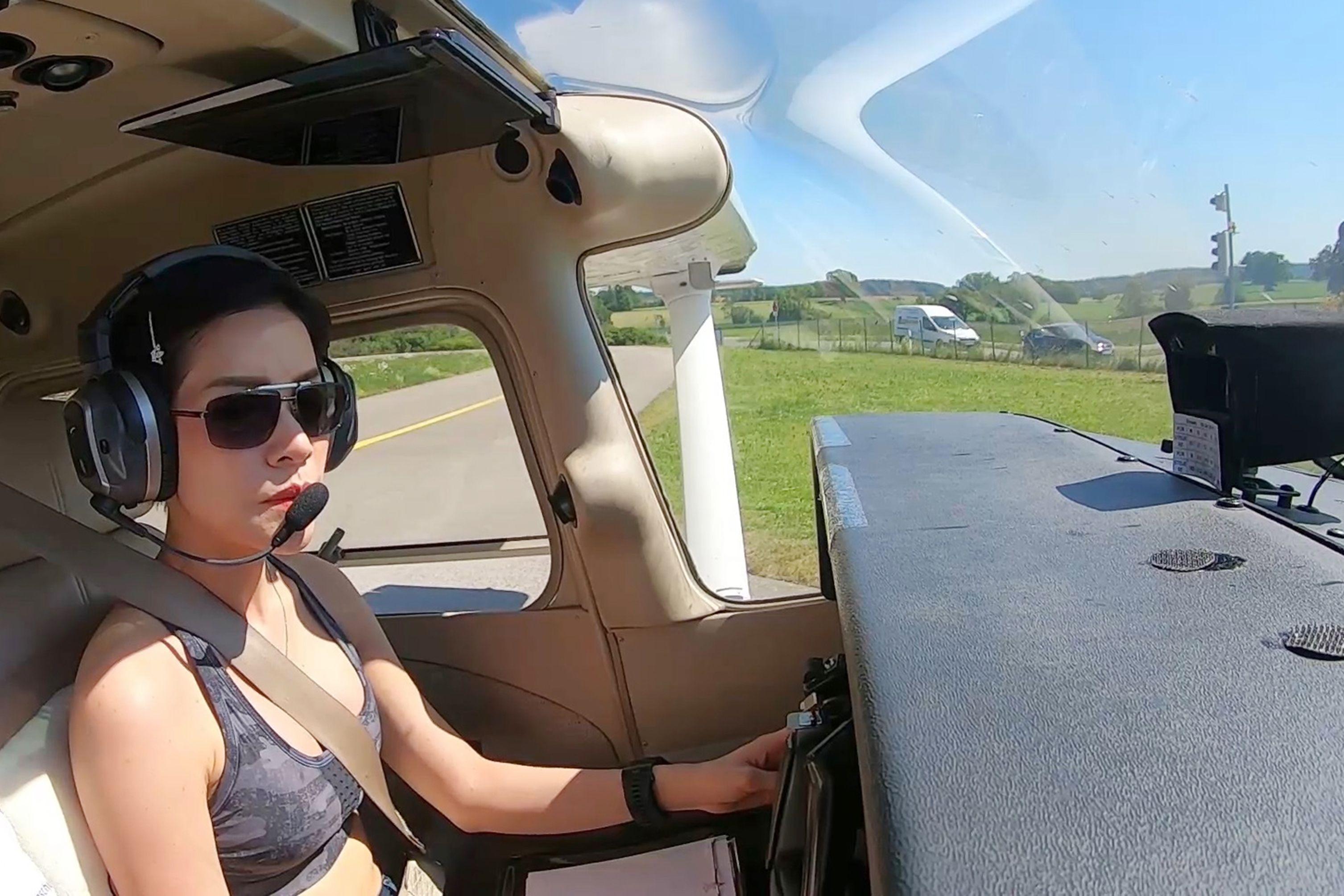 诗尼娜驾驶飞机的档案照。(法新社)