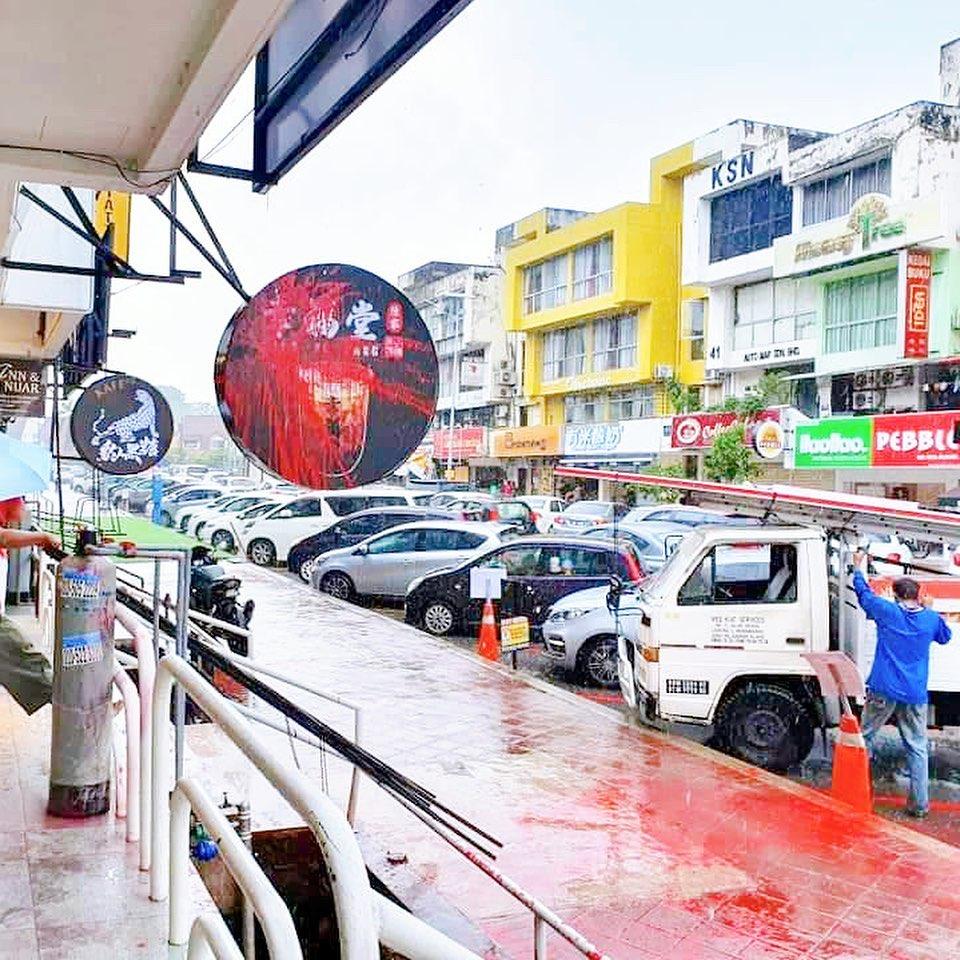 """幸福堂分店门外地面全是红漆。(图取自""""马来西亚幸福堂""""面子书专页)"""