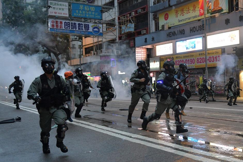 香港防暴警察于闹市发射催泪烟驱散示威者。(法新社)
