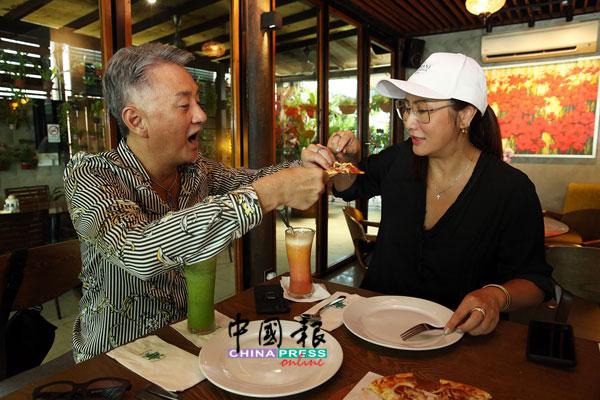 吴岱融(左)喂锺淑慧吃披萨,尽显夫妻间的恩爱。