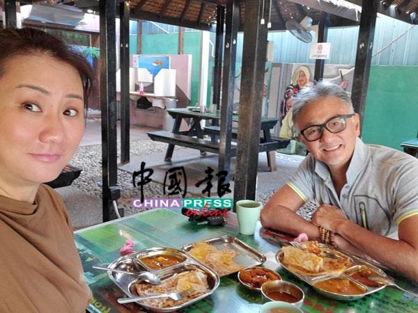 两人开心品尝最爱的槟城美食之一印度煎饼。