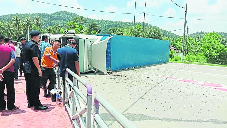 罗厘翻覆在马路中央,阻挡双边车道去路,造成交通一度阻塞。