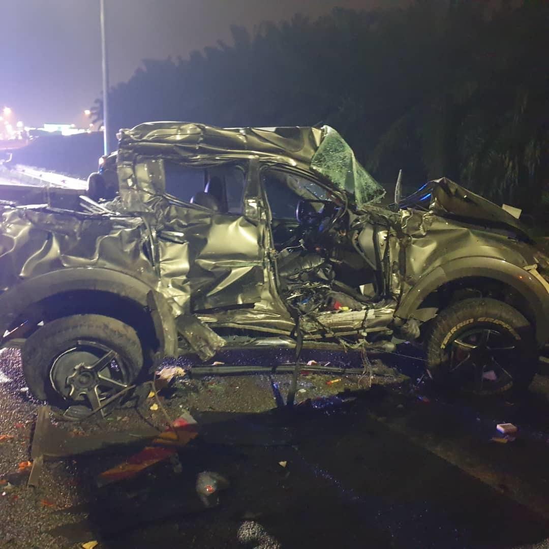 货卡在车祸发生后,严重毁损。