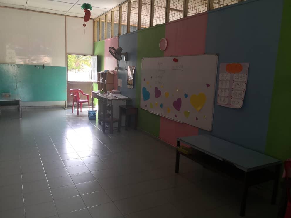 明加叻幼稚园的设备相当简陋,器材不足。