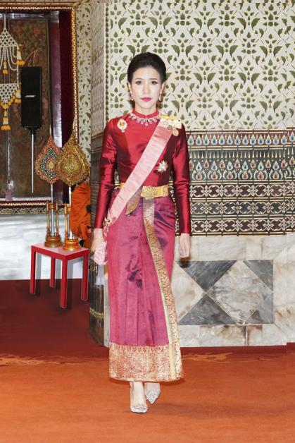 诗尼娜身穿泰国王室服装的照片。(美联社)