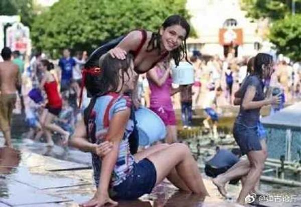 乌克兰泼水节有许多养眼正妹。