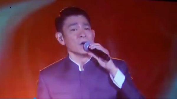 刘德华穿唐装献唱《中国人》。