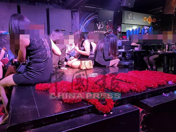 夜店售卖花圈及皇冠给酒客,以让他们为心仪的女郎挂上。