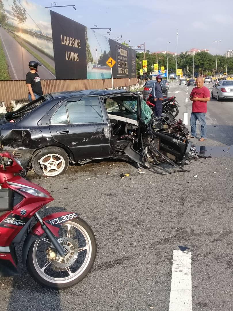 死者驾驶的轿车被撞得毁不成形。